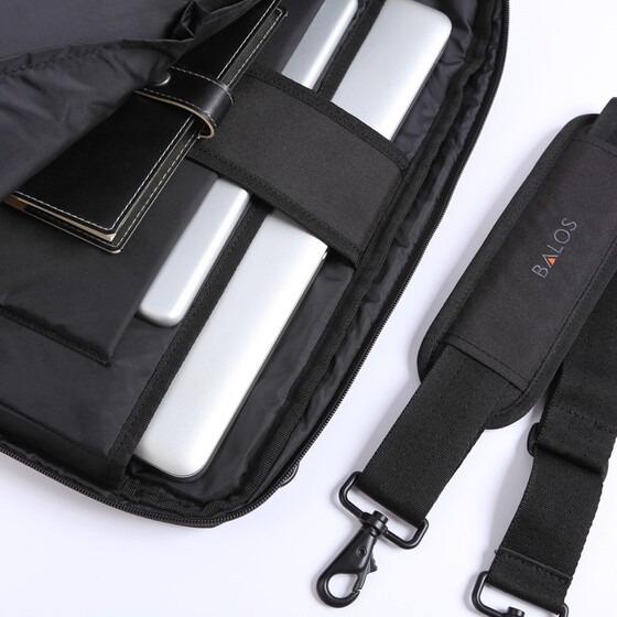 Túi xách Alpha 4 có giá 590.000 đồng (giá gốc 750.000 đồng). Đây là dòng sản phẩm mới nhất mang thương hiệu Balos, đầy đủ tính năng chuyên dụng. Bên trong có nhiều ngăn, có thể đựng hồ sơ, máy tính bảng và laptop cố định cùng 1 lúc mà không sợ bị va chạm khi gặp sốc. Ngăn phía trước được chia thành nhiều ngăn nhỏ, có thể đựng viết, name card, máy tính cầm tay, điện thoại, dây sạc... Ngăn thân sau đơn giản và rộng, có thể chứa những tập hồ sơ lớn.