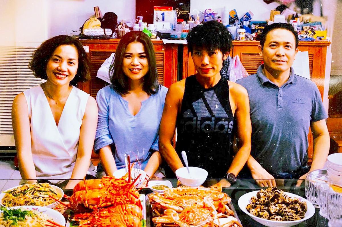 Anh Nghĩa, chị Tiểu Phương và người vợ thứ hai đã ly hôn và người vợ hiện tại trong một buổi gặp mặt (từ phải qua). Ảnh: Nhân vật cung cấp.