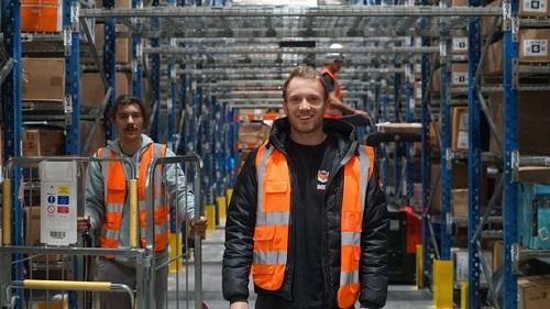 Jack đã đầu tư 500.000 bảng Anh để thuê nhà kho lớn nhất mà anh ta có thể mua được ở Pembroke Dock. Ảnh: Claudia Belli / BargainFox.com.