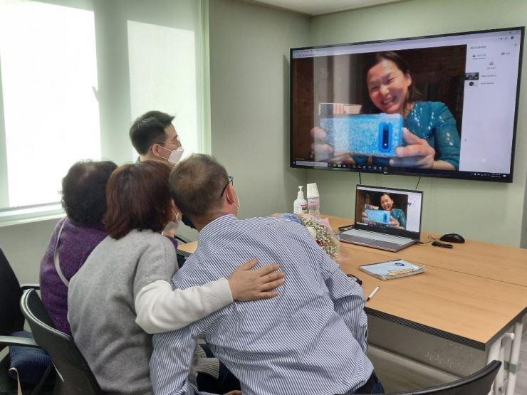 Gia đình bà Lee đoàn tụ với con gái thất lạc 44 năm qua video, ngày 15/10. Ảnh: The Korea Times.
