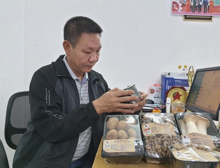 Anh Triệu Quang Trung vừa được nhận bằng khen nông dân xuất sắc nhờ nỗ lực và thành quả có được. Ảnh: Phạm Nga.