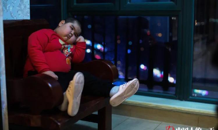 Trước khi biết tới các video ngắn, Tiểu Thạch Đầu là một cậu bé cô đơn khi không có bạn bè. Ảnh:qq