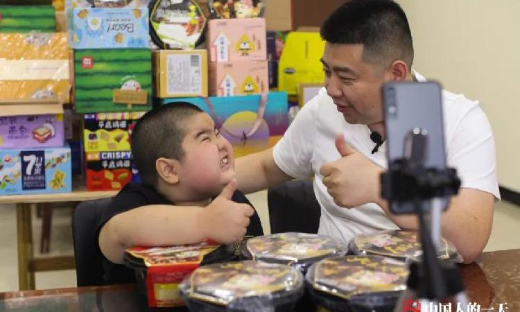 Hai bố con Chu Bân và Tiểu Thạch Đầu khi còn quảng cáo các sản phẩm ăn uống trên tài khoản cá nhân. Ảnh: qq.
