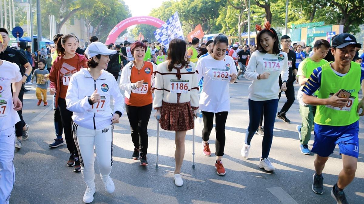 Bế Thị Băng (thứ ba từ trái sang) tham dự một hoạt động cộng đồng. Ảnh:... Bổ sung nguồn.