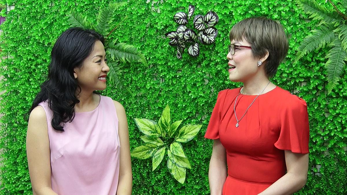 Chị Trần Uyên Phương Phó Tổng Giám đốc tập đoàn Tân Hiệp Phát giao lưu cùng Bế Thị Băng trong chương trình Nối trọn yêu thương. Ảnh: Nối trọn yêu thương – VTV1.