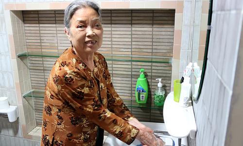 Nội thất phòng tắm chống trơn cho cụ bà 78 tuổi