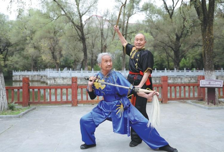 Vợ chồng ông Yue tập võ Kongtong trong công viên hôm 12/10. Ảnh: Tân Hoa xã.