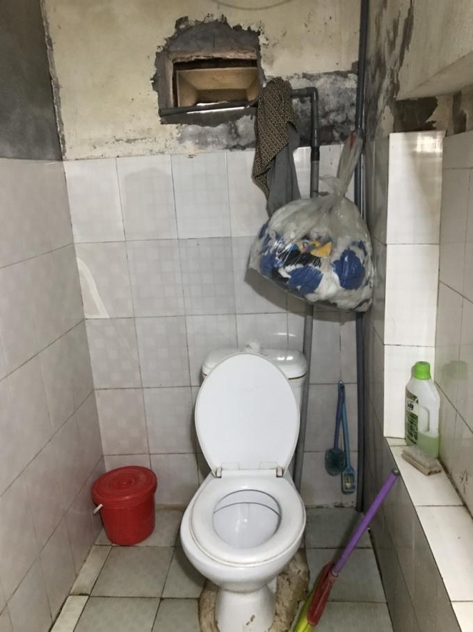 Phòng tắm trước khi cải tạo đã xuống cấp sau nhiều sử dụng nhiều năm, sàn trơn, dễ trượt ngã. Ảnh: Nguyễn Thị  Ngân.
