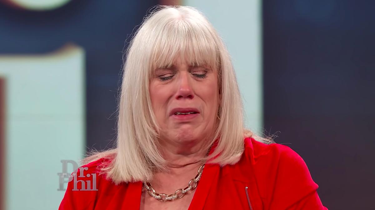 Bà Cassey khóc khi chuyên gia tìm ra điểm sai của bà và cho lời khuyên. Ảnh: Dr. Phil.
