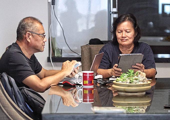 Người già Trung Quốc đi học ở trung tâm để biết cách dùng điện thoại. Ảnh:The Star/Asia News Network.