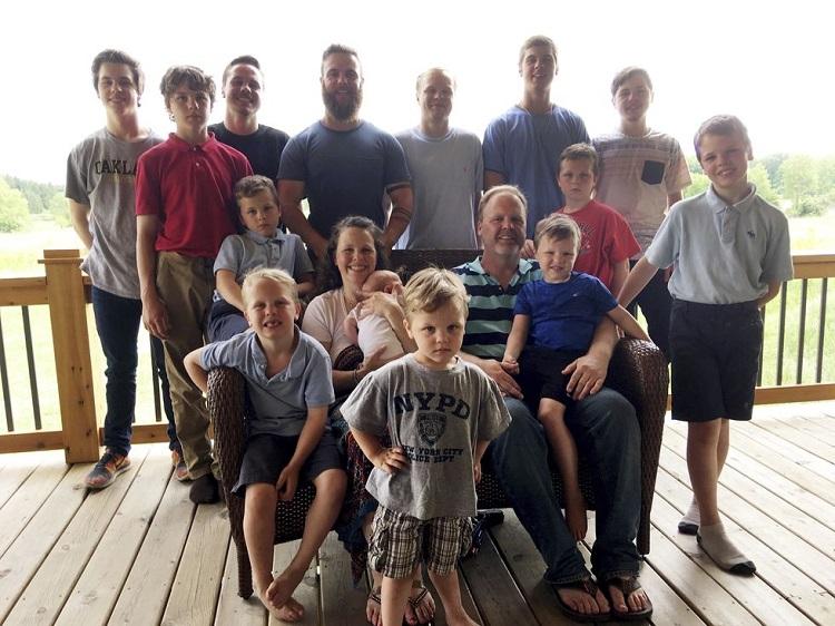 Gia đình đông đúc của vợ chồng Schanwandt có tới 14 con trai. Ảnh: Mike Householder.
