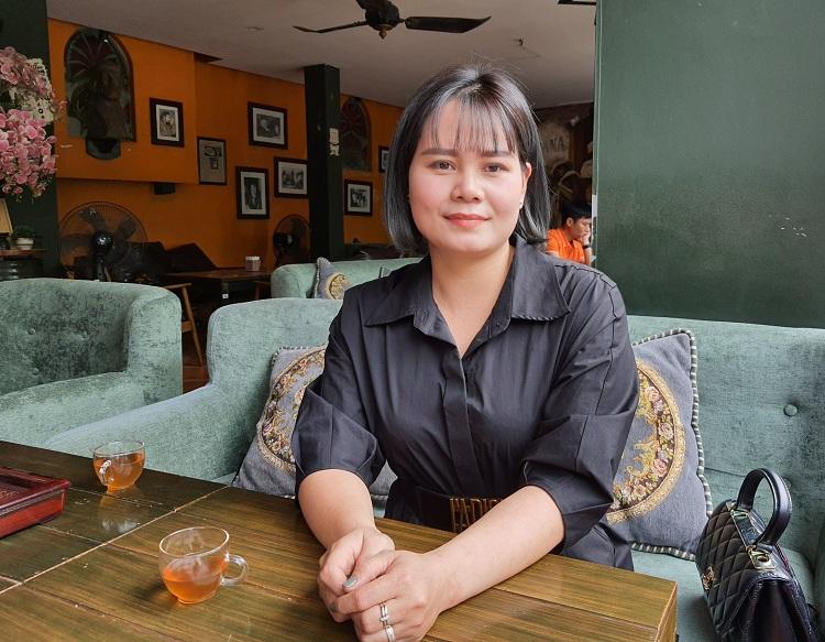 Chị Đinh Phương Loan cho biết bản thân là người thích thời trang, nhưng từ khi làm công việc trang điểm tử thi, chị ăn mặc chỉnh chu, bớt cầu kỳ hơn để phù hợp với công việc đang làm. Ảnh: Phạm Nga.