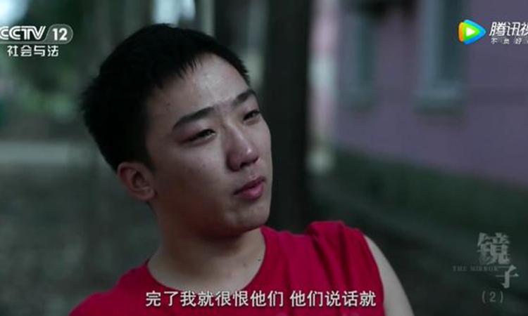 Gia Minh, 15 tuổi, sau khi bỏ học một tháng đã được bố đưa vào trường đào tạo trẻ hư ở Vũ Hán. Ảnh: CCTV12.