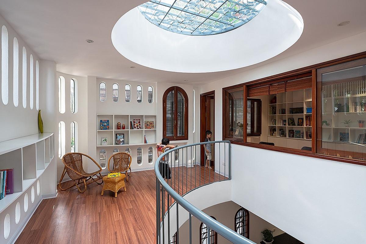 Không gian thư viện nằm ở tầng hai ngôi nhà. Ảnh: Hiroyuki Oki.