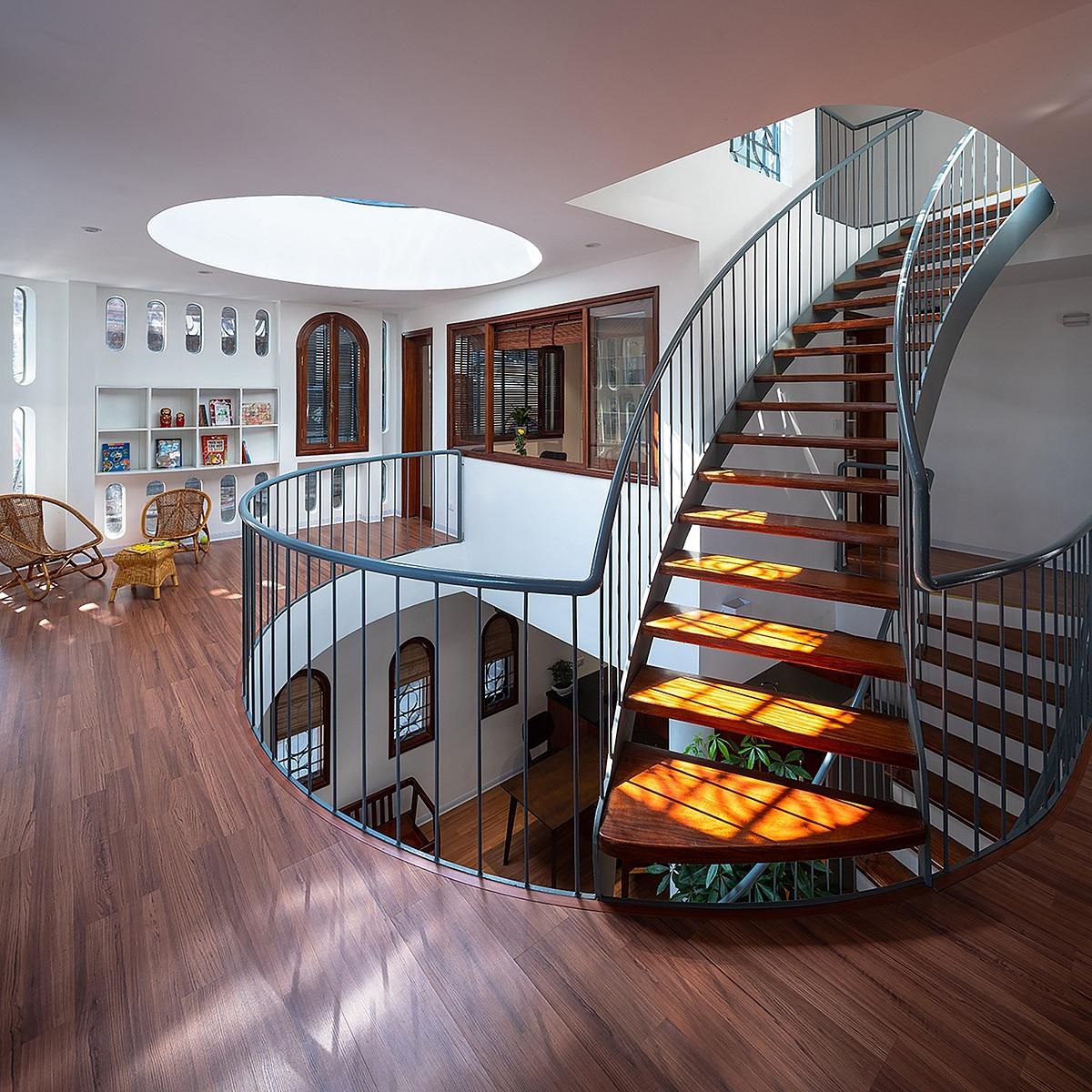 Tầng hai được thiết kế để các thành viên gia đình có thể đi vòng quanh khoảng thông tầng. Ảnh: Hiroyuki Oki.
