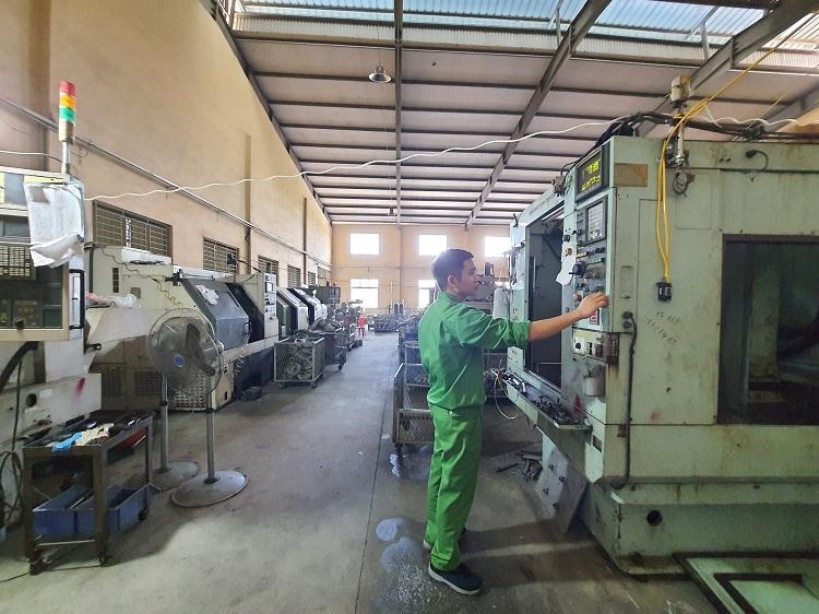 Một góc xưởng sản xuất thuộc công ty của vợ chồng ông Hùng - vốn là thợ sửa xe đạp. Ảnh: Phạm Nga.