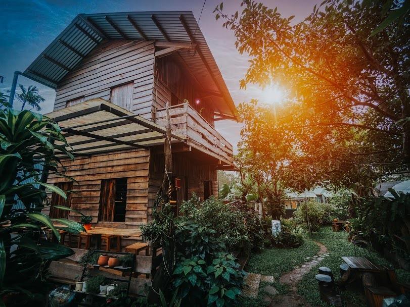 Ngôi nhà gỗ hai tầng đã khiến vợ chồng Thương mê đắm, quyết phiêu lưu tài chính để được trải nghiệm cuộc sống. Ảnh: