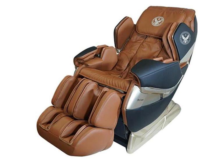 không cần đi xa, có ngay 10 nhân viên spa massage chuyên nghiệp ngay tại nhà. Ghế Massage Dr.Care Atoz MC819 – Màu nâu Trọng lượng 97 kg, kích thước 142 x 77,5 x 90 cm được thiết kế dựa theo mẫu ghế trên tàu vũ trụ, dành cho phi hành gia. Ghế ôm chặt bờ vai người dùng nhờ ba cung bậc ôm siết bờ vai có thể tùy chỉnh linh động, massage tỉ mỉ từng chi tiết trên cơ thể bạn. • Massage theo hình xoắn ốc thế hệ mới tại vùng cánh tay, bàn tay. • Lòng bàn chân có những con lăn thực hiện xoa bóp, vuốt, miết, ấn huyệt, xoáy sâu các kiểu. • Hệ thống massage di chuyển từ đỉnh đầu đến bên dưới vùng mông đùi. • Công nghệ Zero G, bồng bềnh không trọng lực, đưa máu lên não, điều hòa huyết áp hằng ngày, giúp ngăn ngừa bệnh tai biến mạch máu não hiệu quả. • Kiểu massage kéo giãn – căng cơ toàn thân rất đặc biệt, giải phóng những nhức mỏi tích tụ, xả hết mọi âu lo buồn phiền. • Massage kết hợp xông nóng phần lưng, giúp lưu thông máu dễ dàng hơn, hết đau lưng, xua tan đau nhức gáy cổ nhanh chóng hơn. Sản phẩm có giá niêm yết 79 triệu đồng, giảm 34% còn 52 triêu đồng •