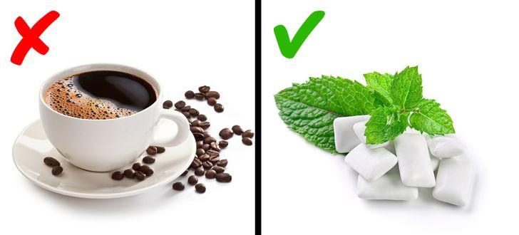 Các nhà khoa học của Đại học St. Lawrence (New York) chứng minh rằng nhai kẹo cao su mang lại hiệu quả tốt hơn cà phê. Ảnh: Brightside.
