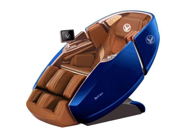 Ghế massage kiểu dáng phi thuyền vũ trụ SS 919X Dr Care với ngoại thất màu xanh navy, nội thất nâu đậm. Ghế sử dụng chất liệu, công nghệ sản xuất, tích hợp các chức năng và có hình dáng giống hệt tất cả các sản phẩm khác của dòng ghế Dr.Care SS 919X, chỉ khác ở màu sắc. SS 919X tạo sự thoải mái tối đa cho người dùng nhờ trang bị cảm biến tự động điều chỉnh to nhỏ theo kích thước người dùng, cảm biến cảnh báo có vật lạ xung quanh ghế; cảm biến dò tìm vị trí cần massage, loa nghe nhạc; khay sạc điện thoại di động. SS 919X có thể điều khiển ghế dễ dàng nhờ màn hình cảm ứng 8 inches không dây, công nghệ mới núm vặn điều khiển một chạm hoặc điều khiển qua ứng dụng trên điện thoại di động, máy tính bảng. Sản phẩm bảo hành 10 năm, giá niêm yết 499 triệu đồng, hiện giảm 46% còn 269 triệu đồng, khách có thể mua với chế độ trả góp 199.000 đồng mỗi ngày. .