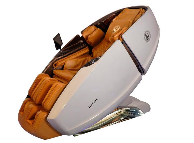 Ghế massage kiểu dáng phi thuyền vũ trụ SS 919X ngoại thất màu xanh trắng - nội thất nâu vàng. Ghế sử dụng chất liệu, công nghệ sản xuất, tích hợp các chức năng và có hình dáng giống hệt tất cả các sản phẩm khác của dòng ghế của Dr.Care SS 919X, chỉ khác ở màu sắc.SS 919X cung cấp chế độ massage hình chữ L thuộc hàng dài nhất, đồng thời có chức năng xông nóng.  Khối bi lăn 3D giúp chăm sóc lòng bàn chân và từng ngón chân. Túi khí chà, vuốt, lăn xoa bóp vùng bắp chân, đầu gối. Ghế tích hợp nhiều chương trình massage thích hợp dành cho nhiều lứa tuổi: người cao tuổi, trung niên, thanh niên, nam giới ưa mạnh mẽ và phụ nữ thích êm ái dịu nhẹ... Sản phẩm có giá niêm yết 499 triệu đồng, hiện giảm 46% còn 269 triệu đồng, khách có thể mua với chế độ trả góp 199.000 đồng mỗi ngày. Thời gian bảo hành 10 năm.
