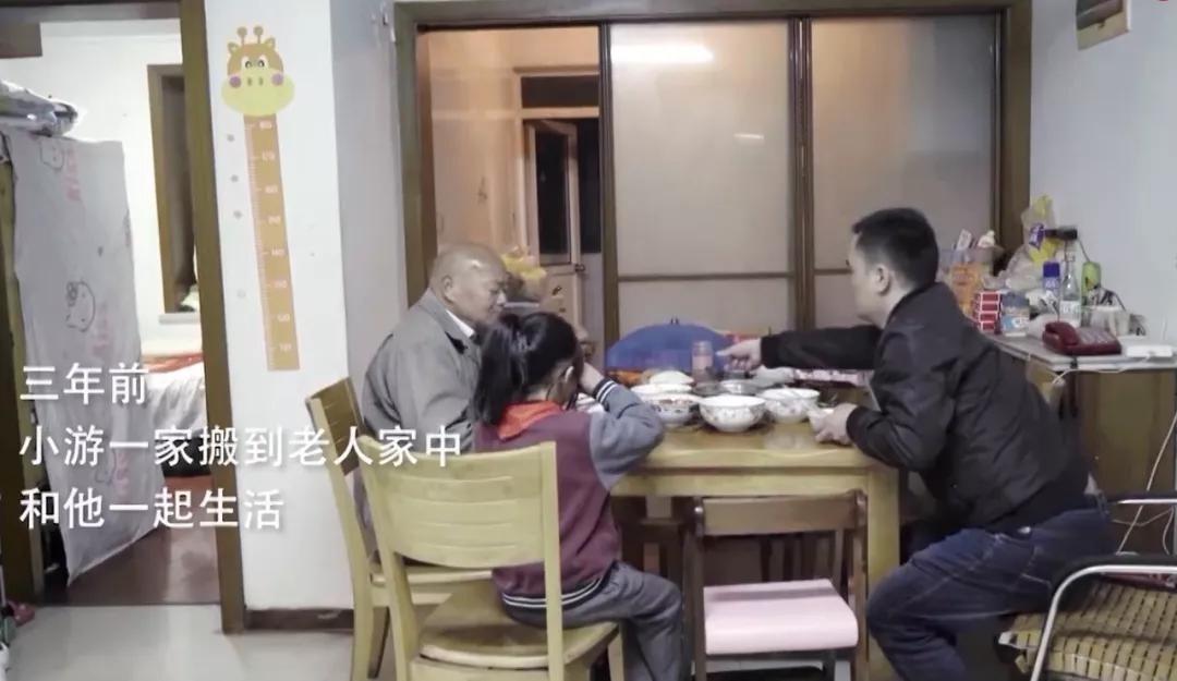 Ông Ma mời gia đình người hàng xóm đến sống cùng mình đã 3 năm nay. Ảnh: Thepaper.