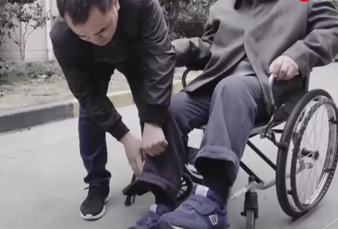 Anh Xiaoyou chăm sóc ông Ma. Ảnh: Thepaper.