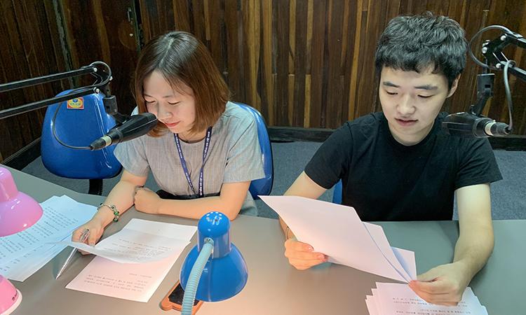 Tuấn Jeon làm việc cùng đồng nghiệp tại Đài Tiếng nói Việt Nam trong một năm trải nghiệm sống và làm việc tại Việt Nam. Ảnh: Nhân vật cung cấp