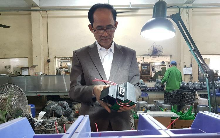 Ông Nguyễn Kim Hùng giờ đã nhường lại vị trí giám đốc công ty cho con trai, nhưng vẫn không ngừng nghĩ ý tưởng cải tiến máy móc, phục vụ nông nghiệp. Ảnh: Phạm Nga.