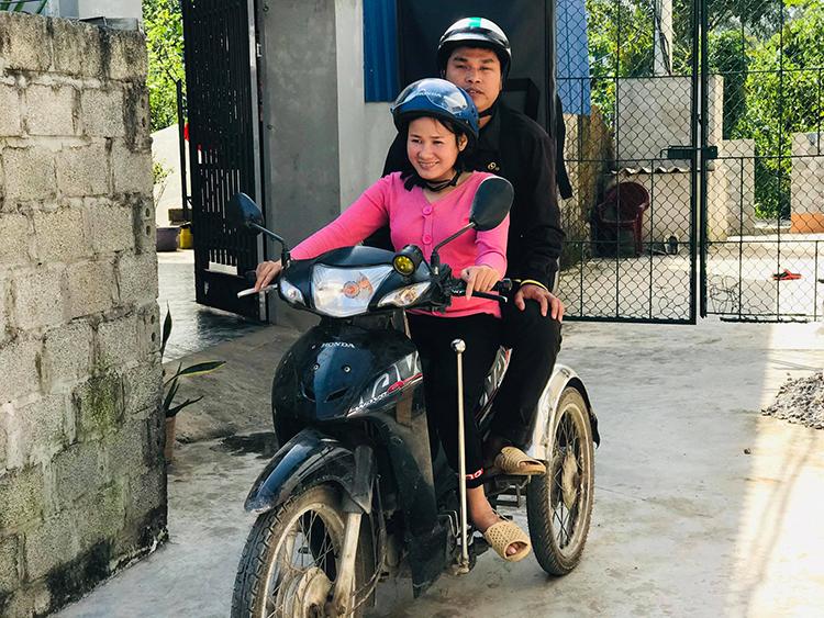 Hai vợ chồng Phước- Bình hằng ngày chở nhau trên chiếc xe máy tự chế dành cho người khuyết tật rong ruổi hàng trăm km để hát rong kiếm tiền. Ảnh: Hải Hiền.