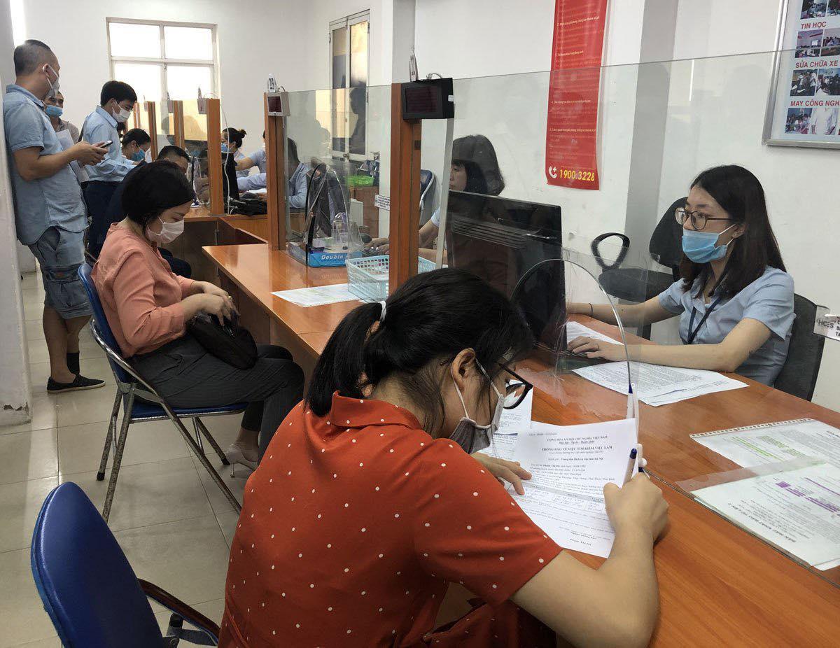 Người lao động đến làm thủ tục hưởng trợ cấp thất nghiệp tại Trung tâm dịch vụ việc làm Hà Nội. Ảnh: Hoàng Phương.
