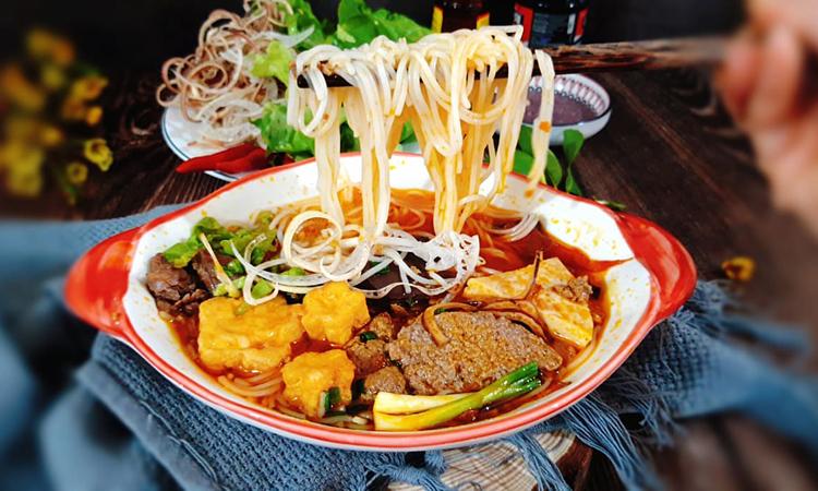 Bún riêu kiểu Hà Nội xưa nước dùng từ nước riêu cua nguyên chất, thêm chút chua thanh nhẹ của dấm bỗng, chút cà chua đỏ điểm xuyết cùng đậu phụ rán vàng. Ảnh: Bùi Thủy.