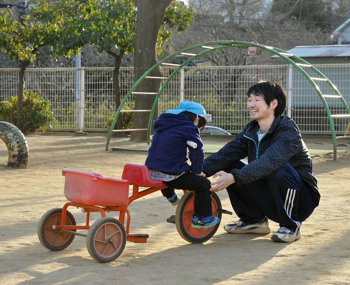 Một nam giáo viên mầm non chơi với các học sinh tại trung tâm chăm sóc trẻ em ban ngày ở thành phố Chiba. Ảnh: Kyodo.