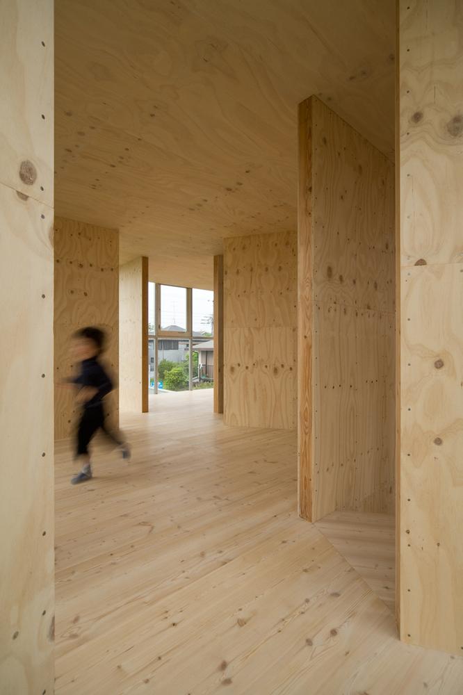 Không gian trong nhà với 13 bức tường gỗ đem tới