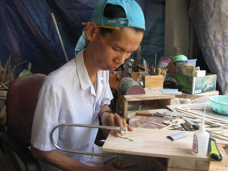 Trong ngôi nhà hơn 30m2, Hồ Em bằng đôi tay yếu ớt của mình đã tạo ra những sản phẩm từ tre bắt mắt. Ảnh: Nhân vật cung cấp.