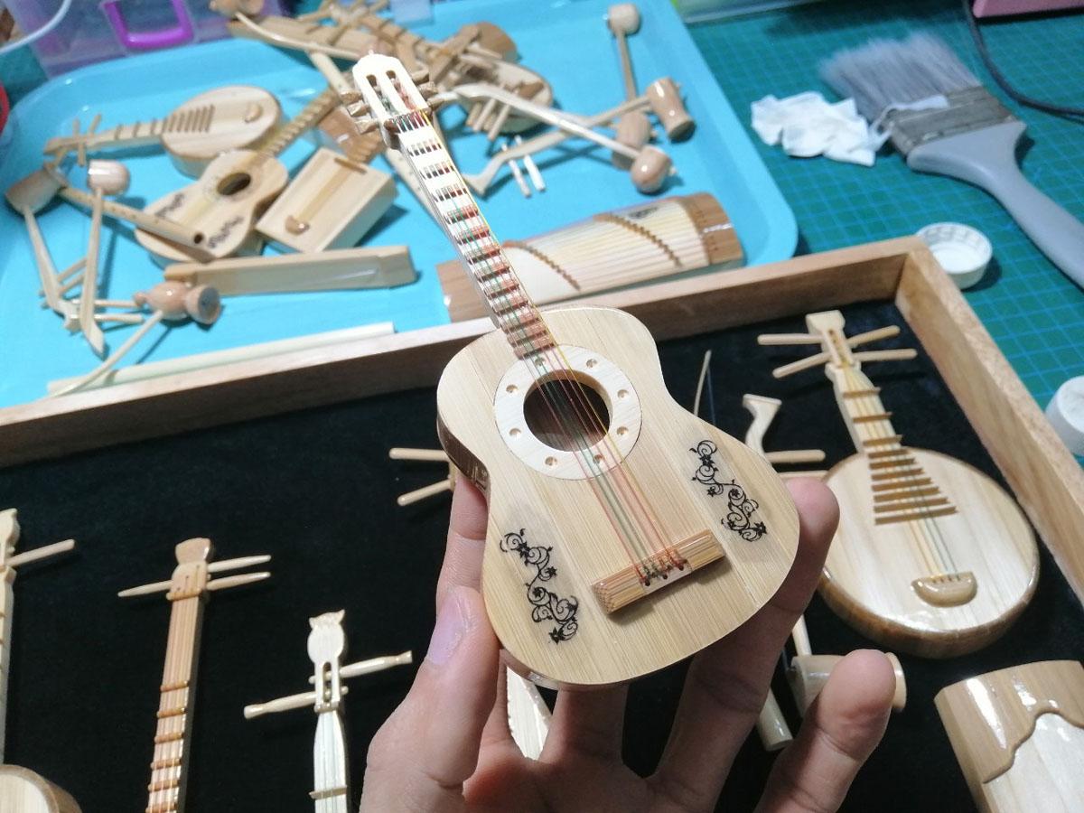 Hồ Em mất một tháng để làm bộ nhạc cụ truyền thống từ tre gồm đàn bầu, đàn ghi ta, đàn tranh,.... Ảnh: Nhân vật cung cấp.