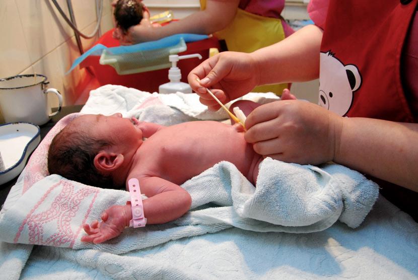 Một y tá chăm sóc một em bé sơ sinh tại bệnh viện ở Thạch Gia Trang, tỉnh Hà Bắc, tháng 5 năm 2020. Ảnh: Ryan Lane/Sixthtone.