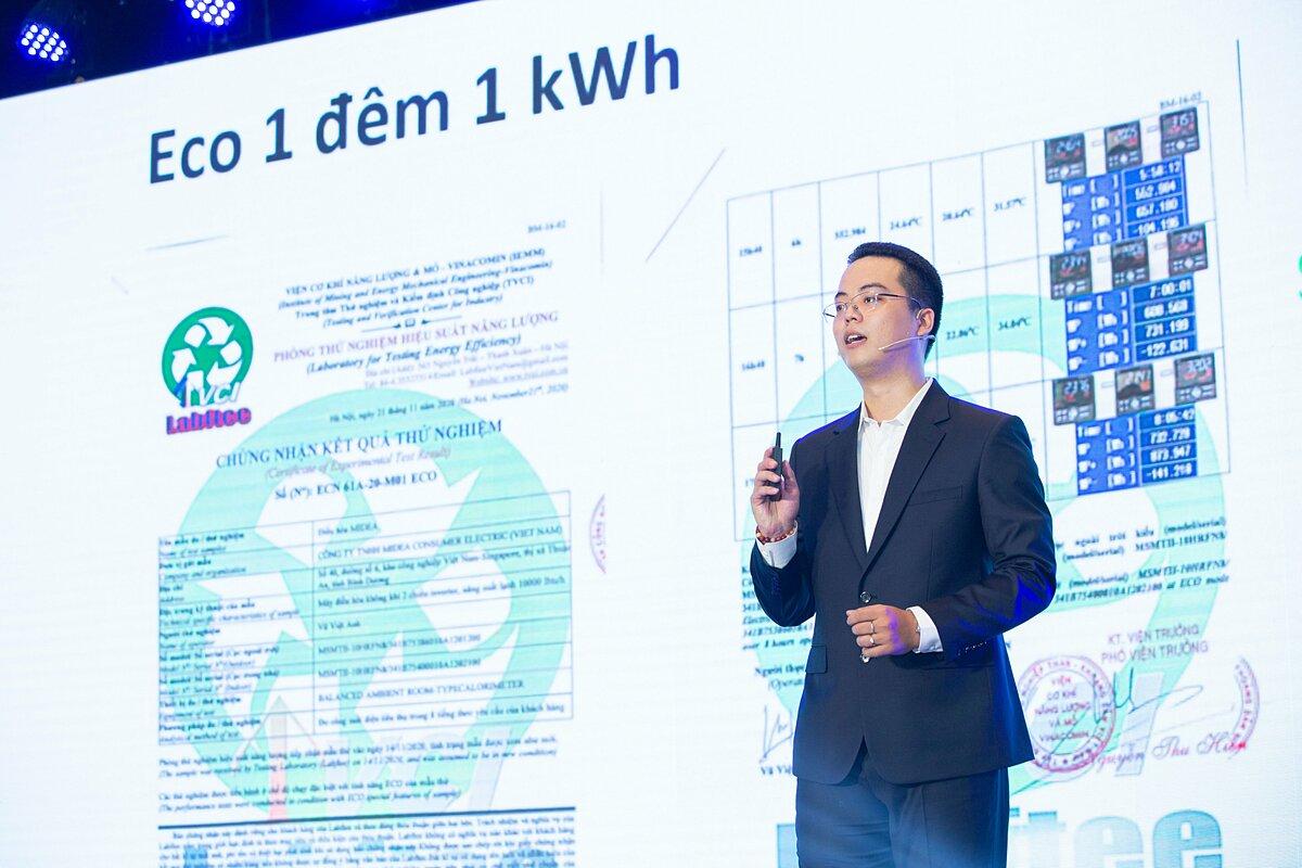 Ông Trang Hoàng Hậu - Giám đốc sản phẩm máy lạnh Midea – giới thiệu sản phẩm Airstill chỉ 1kWh điện mỗi đêm. Ảnh:  Midea.