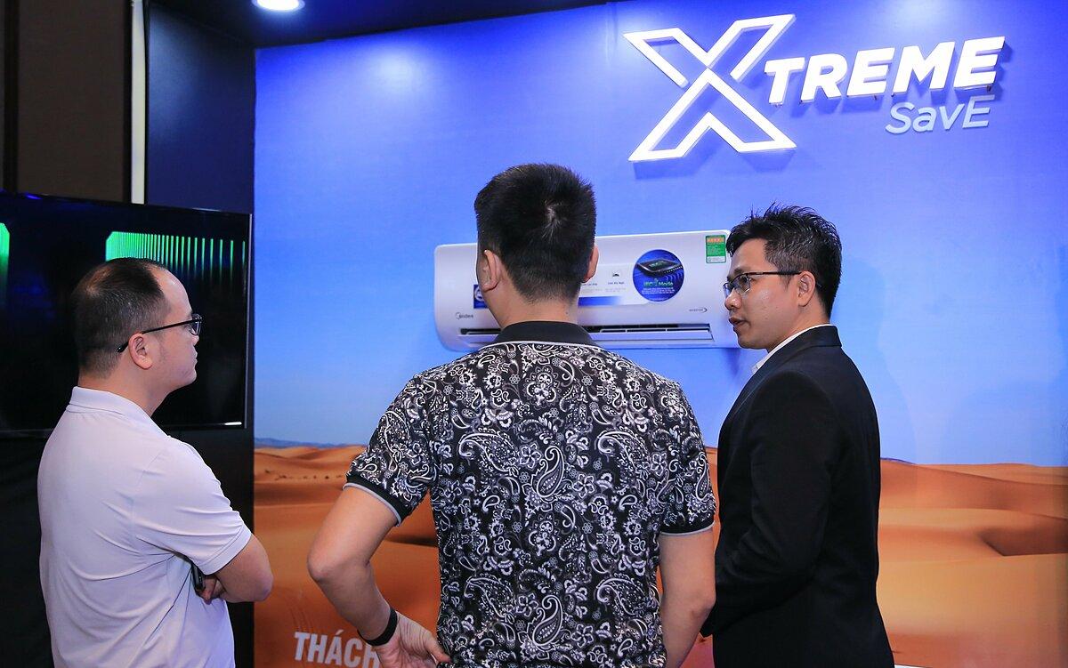 Khách hàng đang tham quan tìm hiểu sản phẩm Xtreme Save trong lễ ra mắt.