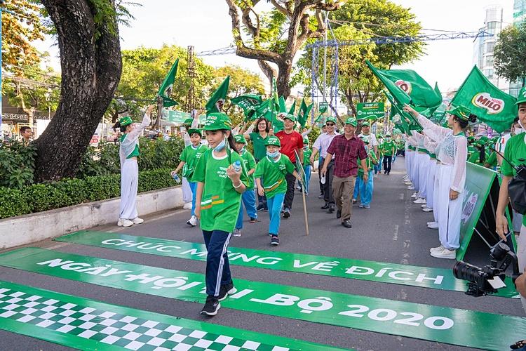 Những bạn nhỏ đầu tiên về đích, đánh dấu những bước đi đầu cho hành trình năng động đã hoàn thành. Ngày hội đi bộ là một trong những hoạt động thường niên tiêu biểu của chương trình Năng động Việt Nam (Đề án 641) do Nestlé Milo, Bộ Giáo dục và Đào tạo, Tổng cục Thể dục thể thao phát động. Kể từ lần đầu được tổ chức vào năm 2014, qua 7 năm liên tiếp, chương trình đã đi qua nhiều tỉnh thành, truyền cảm hứng thể thao đến hơn 80.000 trẻ khắp cả nước.