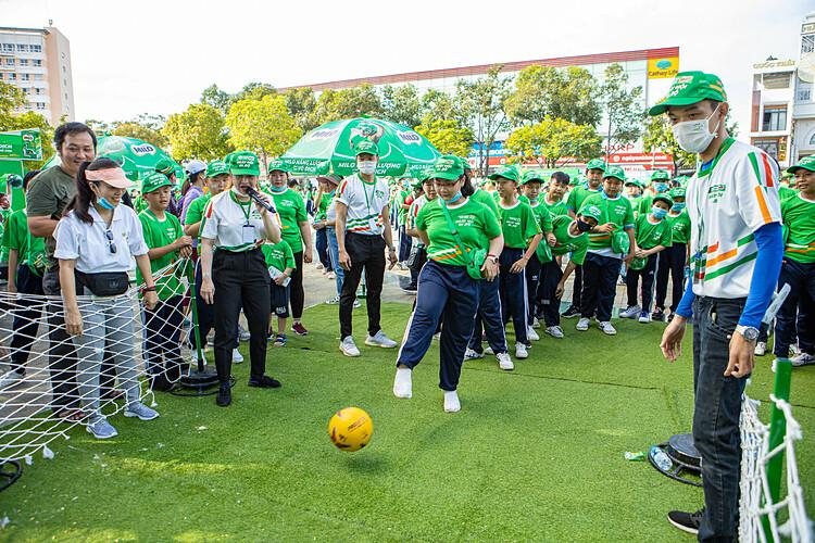 Tại Ngày hội đi bộ còn có khu vực trò chơi thể thao thú vị, thu hút sự tham gia của nhiều bạn nhỏ. Các bạn nữ cũng thích thú thử thách khả năng của mình trong bộ môn bóng đá.