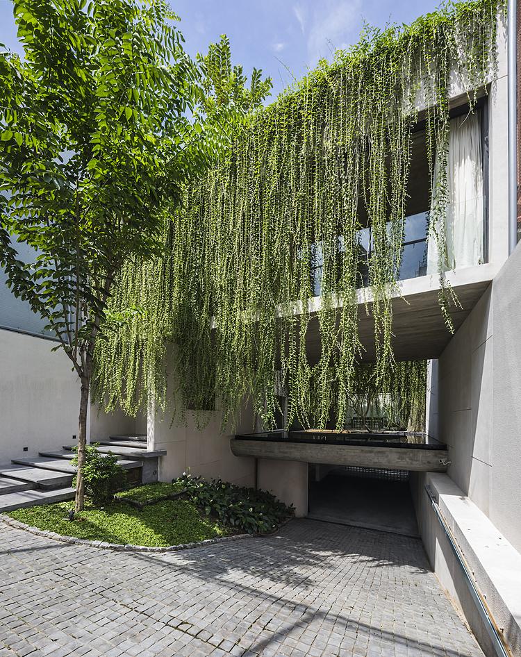 Ngôi nhà được xây dựng dựa trên ý tưởng các không gian sống băng ngang lơ lửng giữa lòng công viên thu nhỏ. Ảnh: Oki Hiroyuki.