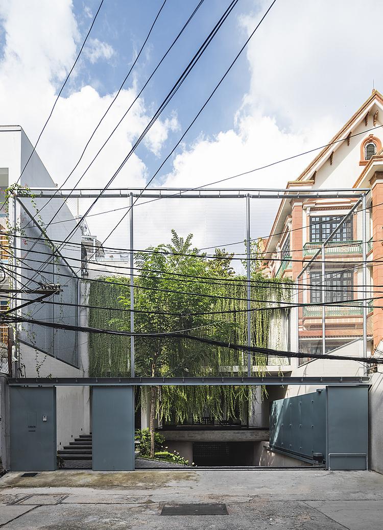Lớp bao che bằng lưới thép mảnh đảm bảo sự riêng tư một cách vừa phải mà vẫn cho phép gia chủ cảm nhận rõ cuộc sống bên ngoài. Ảnh: Oki Hiroyuki.