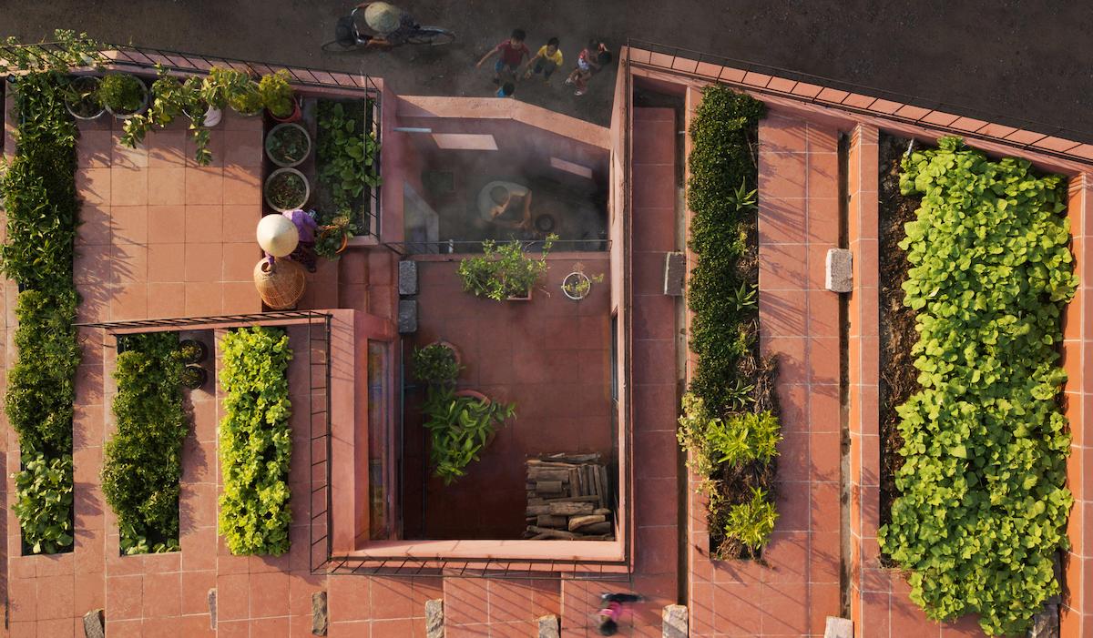 Phần mái đỏ với 7 bậc thang trồng rau của ngôi nhà Quảng Ngãi. Ảnh: TAA Design.