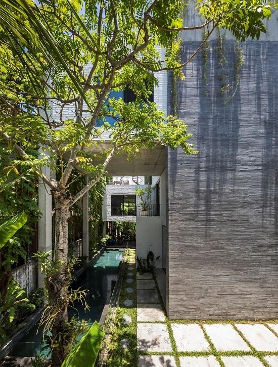 Ngôi nhà ở trung tâm Đà Nẵng được thiết kế với ý tưởng tạo ra một công viên nhỏ giữa thành phố nhiều bê tông. Ảnh: Hiroyuki Oki.