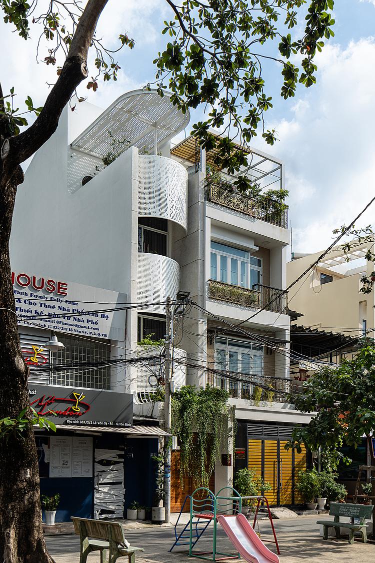 Mặt tiền với những lớp vỏ sắt màu trắng khiến ngôi nhà nổi bật dù bề ngang hẹp hơn nhiều so với những công trình xung quanh. Ảnh: Quang Trần.