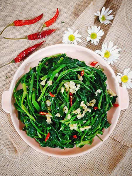 Tuy có cách chế biến dễ dàng nhưng để xào được dĩa rau muống tỏi giòn ngon, xanh mướt thì không phải ai cũng làm được. Ảnh: Bùi Thủy.
