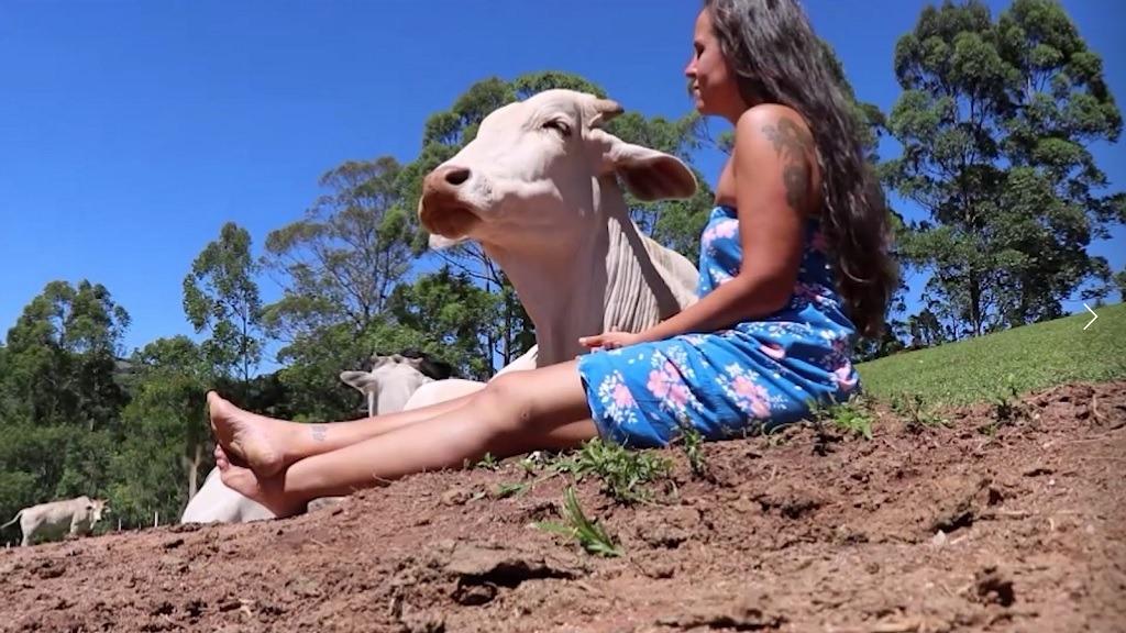Pattricia và chú bò Hanuman. Ảnh: Instagram Pattricia.