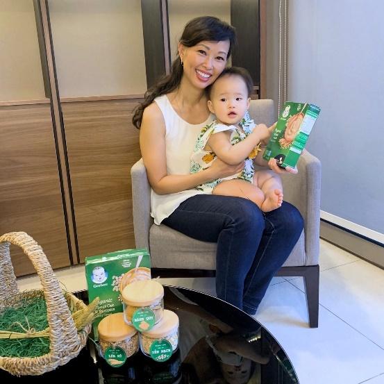 Thái Vân Linh luôn cẩn trọng khi lựa chọn thực phẩm cho con. Ảnh: Facebook nhân vật.