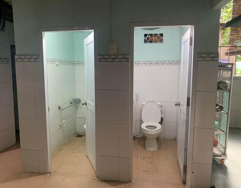 Nhà vệ sinh của các em Trường giáo dục chuyên biệt Hoàng Mai.